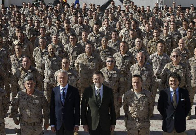 Defense Minister Pedro Morenés (second from left) and Prime Minister Mariano Rajoy (center) visited Spanish troops in Herat, Afghanistan, last year.