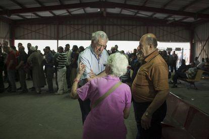 Vargas Llosa with the activist Hanna Barag.