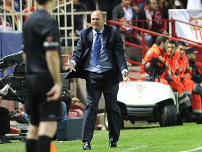 Pepe Mel cuts an exasperated figure during Betis' derby defeat