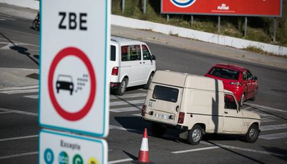 A sign designating the new ZBE low-emissions zone in L'Hospitalet de Llobregat in Barcelona.
