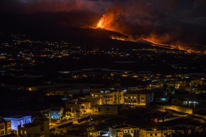 The volcanic eruption of Cumbre Vieja, in La Palma, seen from Los Llanos on Tuesday.
