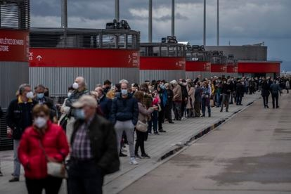 Hundreds of people wait in line for their Covid-19 vaccine this weekend at the Wanda Metropolitano stadium in Madrid.