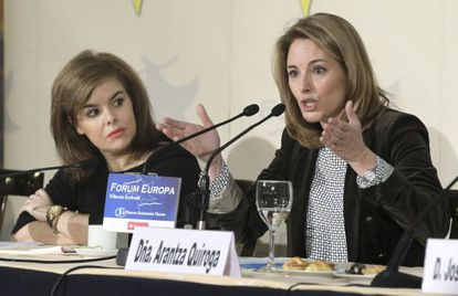 Deputy PM Soraya Sáenz de Santamaría (l), and the head of the Basque PP Arantza Quiroga.