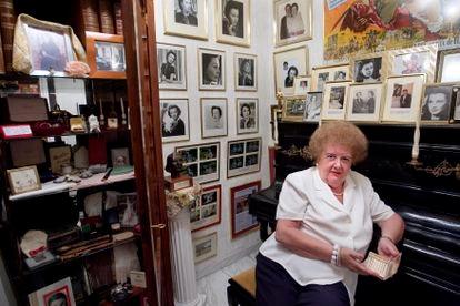 Elvira Clara Bonet posing at her home in Barcelona in 2007 with Vivian Leigh memorabilia.