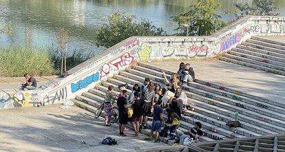 An outdoor drinking party by the Guadalquivir river.
