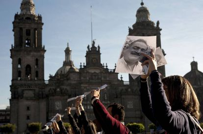 A group of journalists demonstrate against the assassination of Francisco Pacheco.