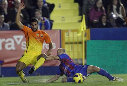Barcelona's Martín Montoya Torralbo (l) duels for the ball with Levante's Juanlu Gómez during their La Liga match Sunday.