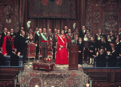Juan Carlos I was crowned on November 22, 1975, two days after Franco's death. Sofía's red dress was a sign that the times were about to change.