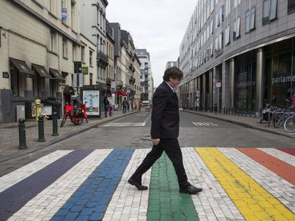 Carles Puigdemont walks towards the European Parliament.