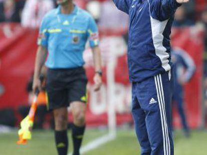 Manolo Jiménez on the touchline during a match against Sporting.