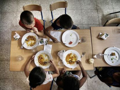 Youngsters at a school in Seville eating lunch during one of the summer courses set up to battle malnutrition.