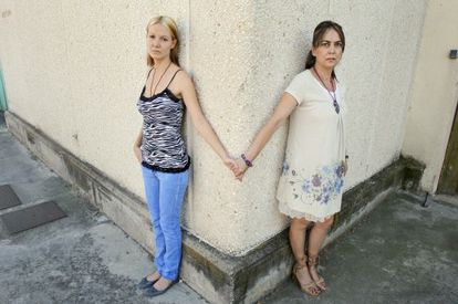 Pilar Alcalde (left) and her mother María Luisa Torres just after their reunion in 2011.