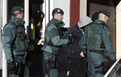 Spanish Civil Guards arrest a man accused of collaborating with the Islamic State in Pamplona.