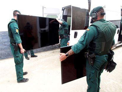 Civil Guard officers take part in the latest operation against hashish drug gangs in La Línea de la Concepción on September 19.