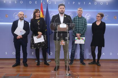 Gabriel Rufián of the Catalan Republican Left (ERC) and other lawmakers explaining why they refused to sit inside parliament while the king gave his speech.