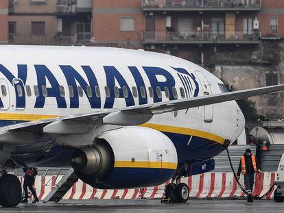 A Ryanair Boeing 737-8AS in Rome.