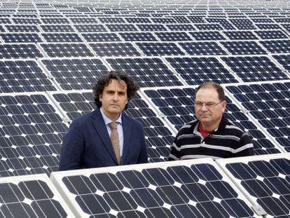 Association president Miguel Ángel Martínez-Aroca (left) and Pedro Carrión at the latter's solar plant in Jumilla (Murciacmcm).