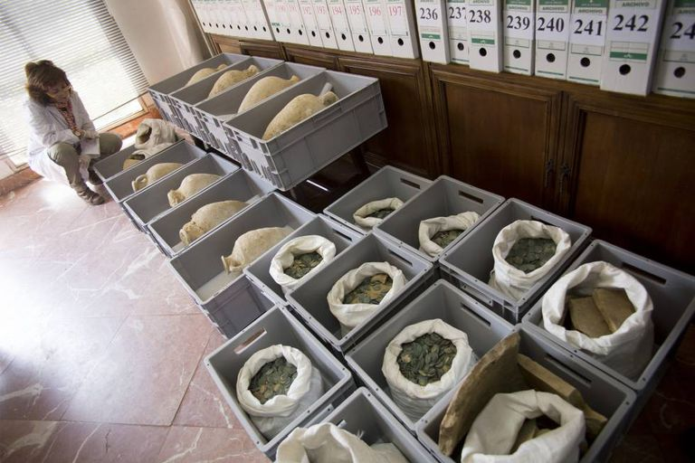 Some of the amphorae and coins found in Tomares (Seville).