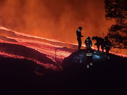 Members of the Emergency Military Unit collect lava samples from the volcano on La Palma.