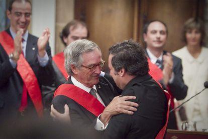 Xavier Trias (l) is congratulated by his precedessor, Jordi Hereu, in 2008.