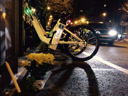 Flowers at the BiciMAD docking station on Alberto Alcocer street, where the accident took place.