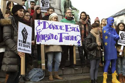 Students protest outside the European parliament against the cut in grants from the Spanish government.