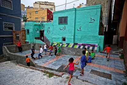 Children play in a square in el Príncipe.