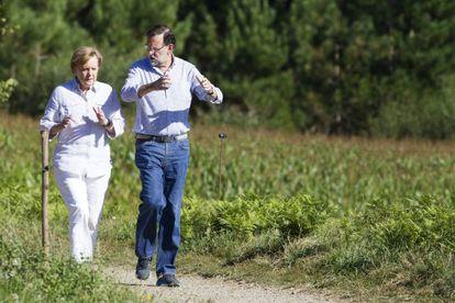 Rajoy and Merkel near Santiago de Compostela on Sunday.