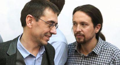 Juan Carlos Monedero (l) with Podemos leader Pablo Iglesias last Friday.