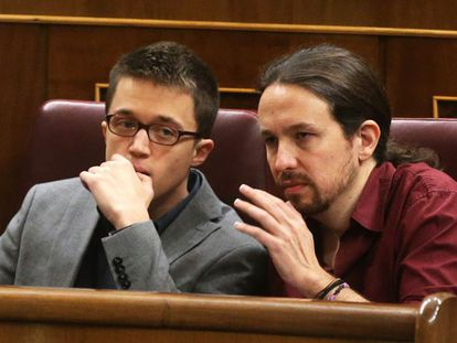 Pablo Iglesias (right) and Íñigo Errejón during last week's investiture session in Congress.
