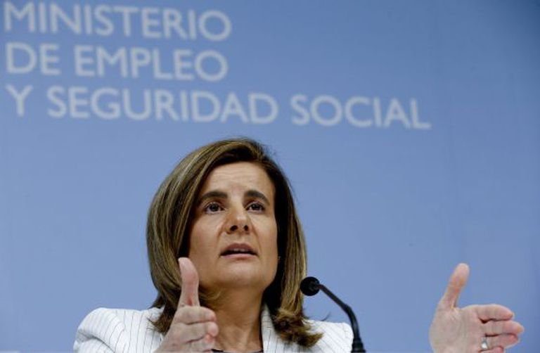 Labor Minister Fátima Báñez laying out the government's revised pension reform plan Monday.