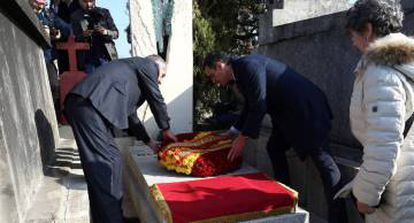 Acting PM Pedro Sánchez laying flowers on Manuel Azaña's grave in Montauban, France.