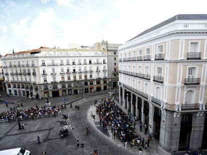 Lines to get into the newly opened Apple store in Puerta del Sol, Madrid.