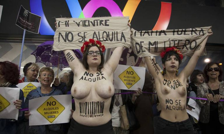 Anti-surrogacy protest in front of a Madrid hotel.