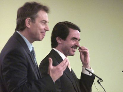 Aznar and Blair at a press conference in 2003.