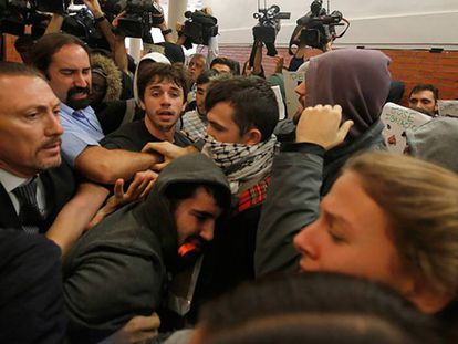 An angry crowd disrupted a talk by ex-Socialist PM Felipe González.