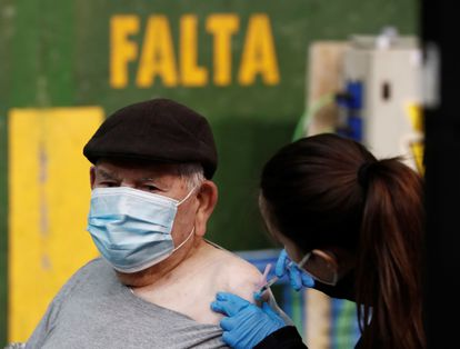 Health workers vaccinate the 80-and-over population in Pamplona.