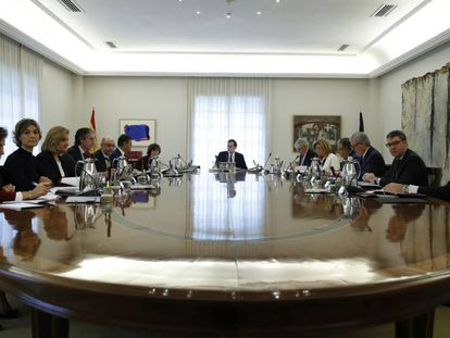 Mariano Rajoy presides the cabinet meeting on Saturday.