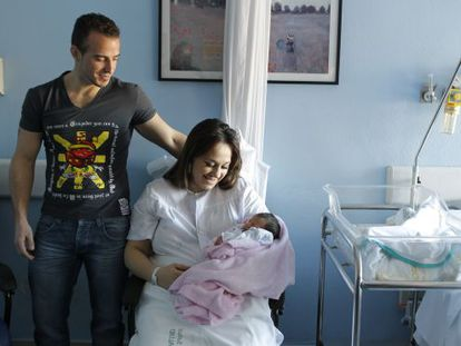 Baby Estrella and her parents in the Virgen del Rocío hospital in Seville.