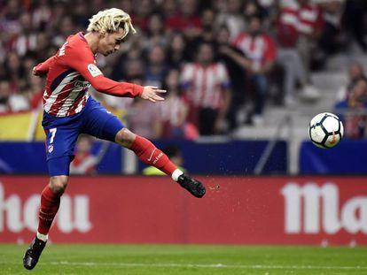 Antoine Griezmann of Atlético Madrid shoots against Barcelona.