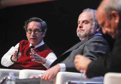 José María Lassalle (l) at the forum, along with the president of the Santillana Foundation, Ignacio Polanco (c).