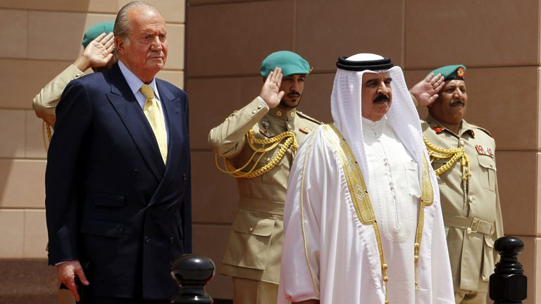 Spain's emeritus king Juan Carlos (left) with the ruler of Bahrain, Hamad bin Isa bin Salman Al-Khalifa, on May 1, 2014.