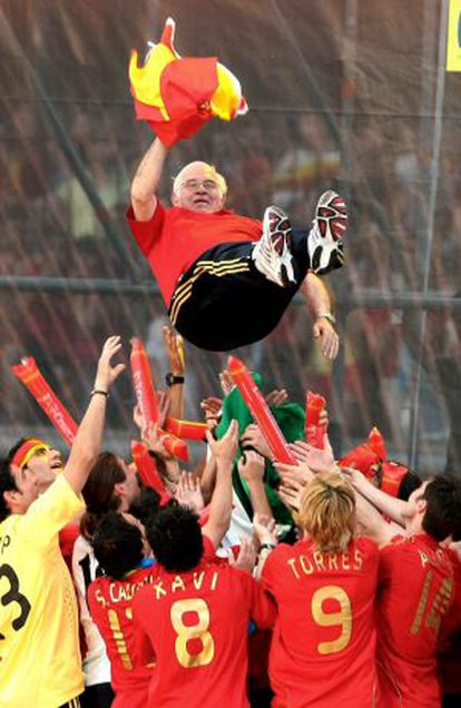 Aragonés celebrates with his players after the Euro 2008 final in Vienna.