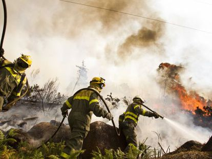 Firefighters try to extinguish the blaze in Monte Pindo.