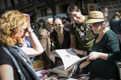 People at a bookstand in Barcelona.