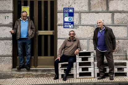 Residents of O Irixo in Ourense, in a file photo from 2020.
