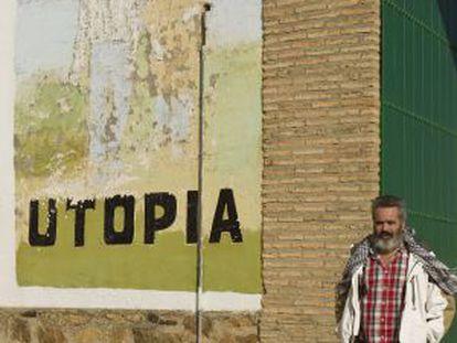Juan Manuel Sánchez Gordillo, at the entrance of El Humoso.