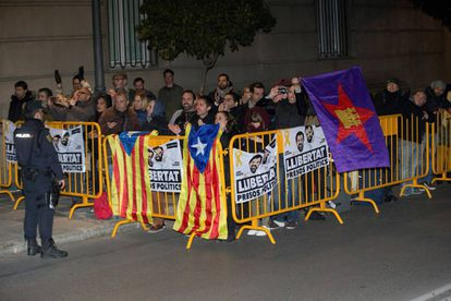 Sympathizers waiting outside the Supreme Court for Carme Forcadell to walk out.