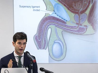 Doctor César Noval presents the results of the operation.