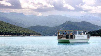 Solar-powered boat in the reservoir of El Tranco, Jaén.